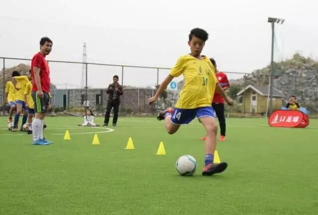 熟悉球性,认识足球,学习正脚背颠球技术;掌握身体各部位触